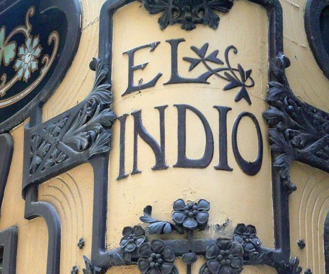 Wonderful modernista lettering on this famous shop.