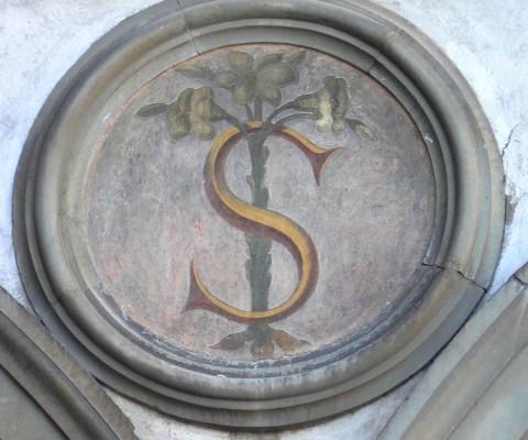 Beautiful letter S in Piazza Santissima Annunziata.